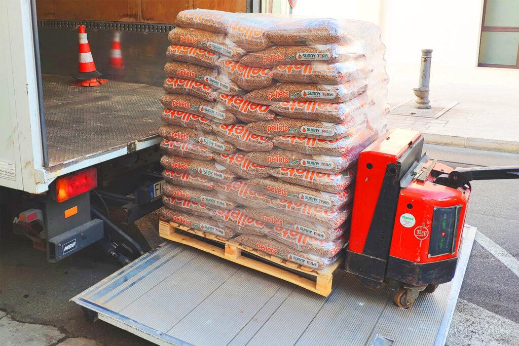 Consegna pedane di pellet a domicilio con sponda idraulica